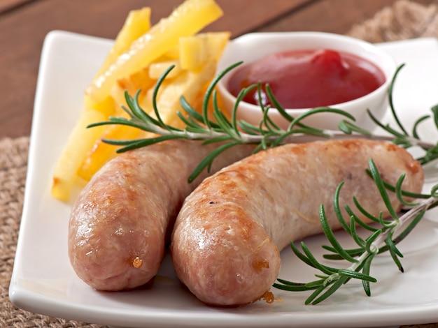 Kippenworsten gegrild met een bijgerecht van frietjes