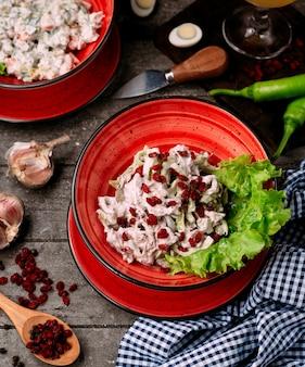 Kipsalade met mayonaise en berberis op de tafel
