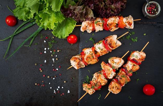 Kipspiesjes met plakjes paprika en dille. smakelijk eten. weekend maaltijd. bovenaanzicht plat leggen.