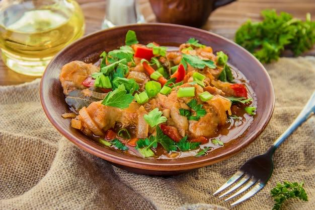 Kipstoofpot met ui en groenten in tomatensaus. chakhokhbili.