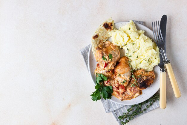 Kipstoofpotje met zoete paprika en zure room. paprikash, traditioneel hongaars gerecht.