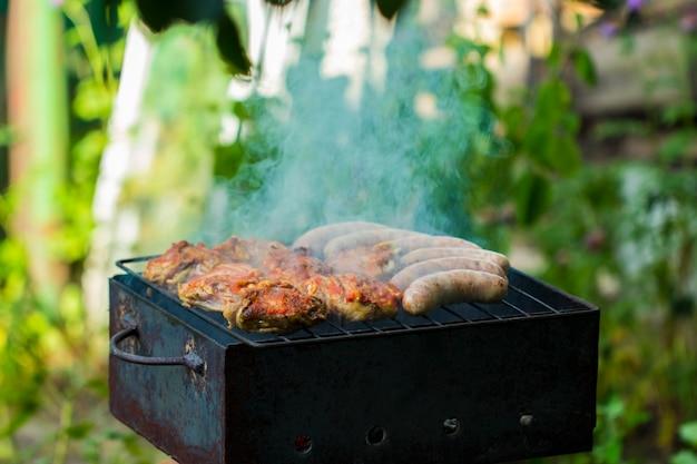 Kipworsten worden gegrild op een buitenbarbecue voor die special smokey outdoor taste!