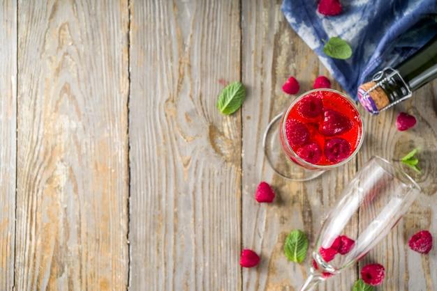 Kir royale cocktail met frambozen
