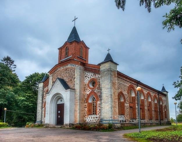 Kirkha van st. johannes de doper in gubanitsy, district volosovsky, regio leningrad, rusland