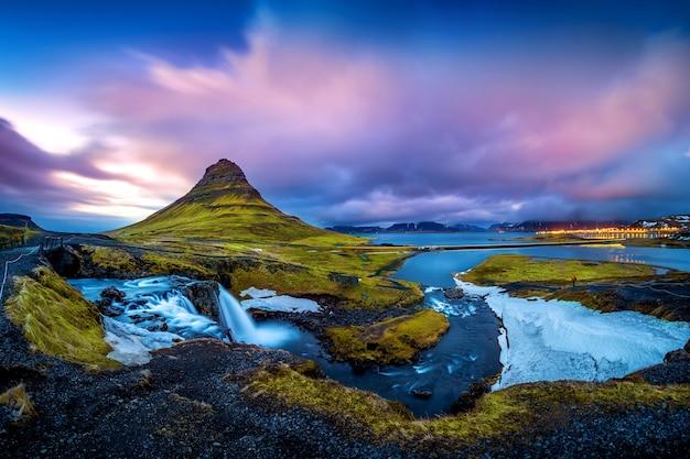 Kirkjufell-bergen bij schemering in ijsland