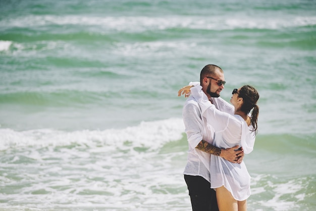 Kising paar op strand