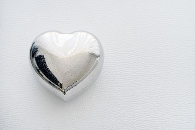 Kistvormig hart van ijzer. kaart voor valentijnsdag met tekst happy valentijnsdag.