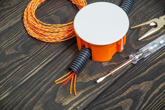 Kit reserveonderdelen en gereedschap voor elektrisch voorbereid voor reparatie op zwarte houten planken