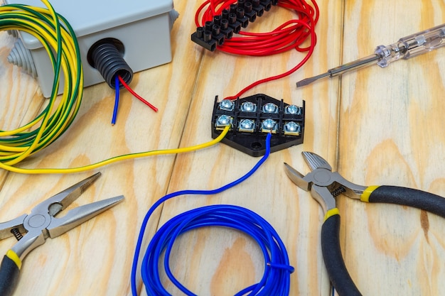 Kit reserveonderdelen en gereedschappen voor elektrisch voorbereid voor reparatie of plaatsing op houten planken