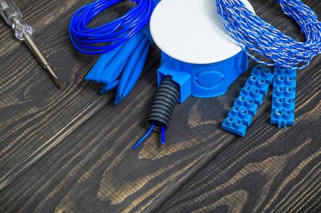 Kit reserveonderdelen en gereedschappen voor elektrisch voorbereid voor reparatie op vintage schoolborden