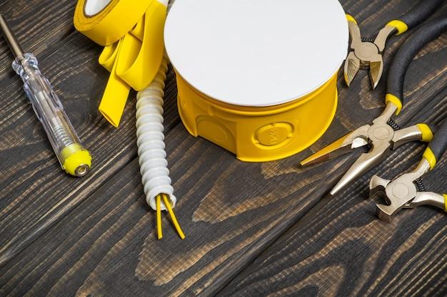 Kit reserveonderdelen en gereedschappen voor elektrisch voorbereid voor reparatie op zwarte houten planken