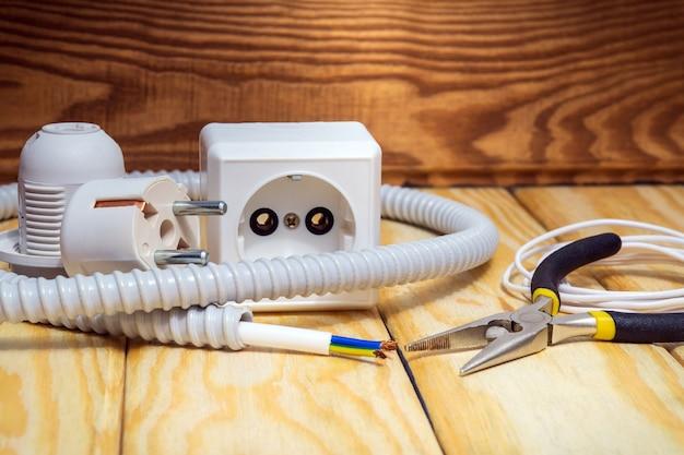 Kit reserveonderdelen en gereedschappen voor elektrische reparaties aan houten planken