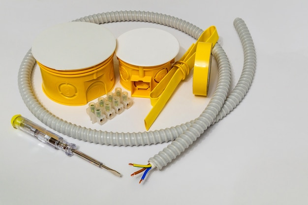 Kit reserveonderdelen en gereedschappen voor elektrische reparaties in huis of kantoor op grijze achtergrond