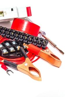 Kit reserveonderdelen en gereedschappen voor elektrische reparaties in huis of kantoor op witte achtergrond