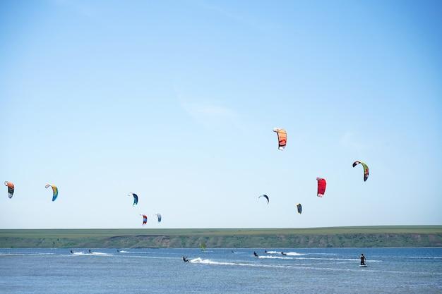 Kiteboardwedstrijd, veel vliegers in de lucht