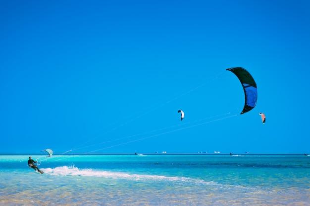 Kiter die over het oppervlak van de rode zee glijdt.