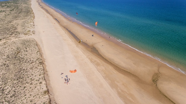 Kitesurfende amateursporters op de stranden van cabanas tavira.