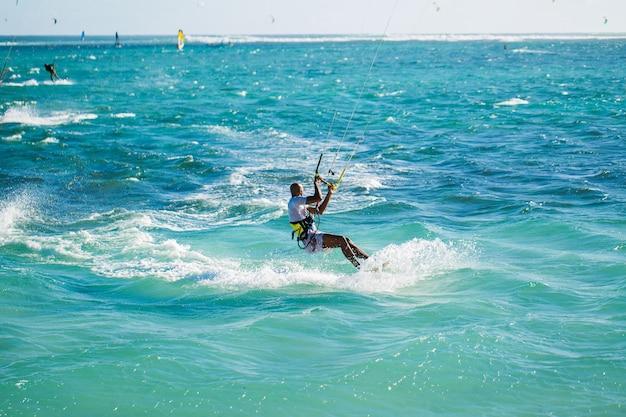 Kitesurfers op het strand van le morne in mauritius