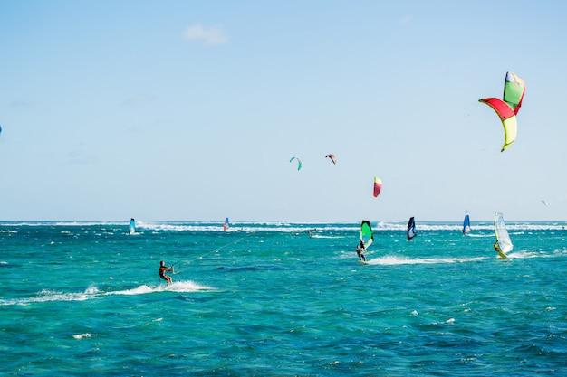 Kitesurfers op het strand van le morne op mauritius