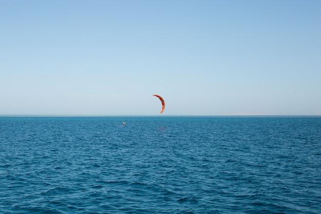 Kitesurfers op volle zee met een parachute
