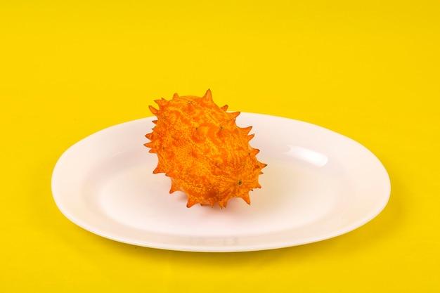 Kiwano tropisch fruit op een sinaasappel