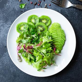 Kiwi, avocado, groene, frisse salade, laat keto of paleodieet achter