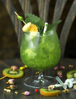 Kiwi cocktail op tafel