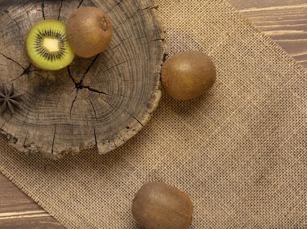 Kiwi en gesneden kiwi op houten