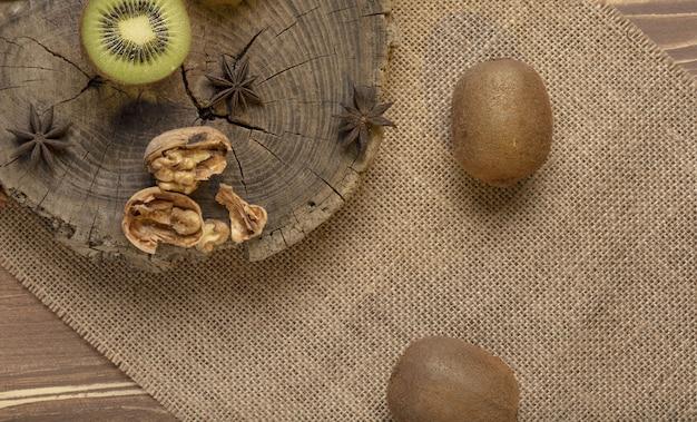 Kiwi en gesneden walnoot op de houten