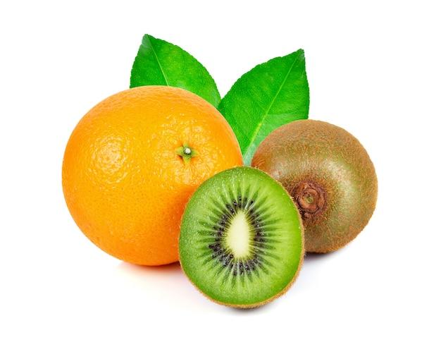 Kiwi en sinaasappelfruit dat op witte achtergrond wordt geïsoleerd