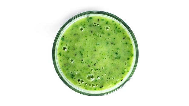 Kiwi en spinazie smoothie geïsoleerd op wit. glas met groene smoothie.