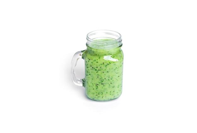 Kiwi en spinazie smoothie geïsoleerd op wit. mason-pot met groene smoothie.