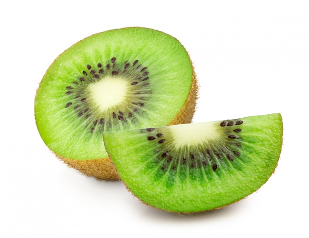Kiwi fruit gesneden helft geïsoleerd op wit