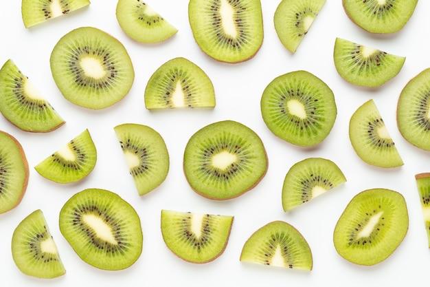 Kiwi fruit plakjes op witte achtergrond