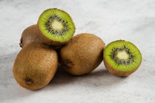 Kiwi gesneden stukken op wit.