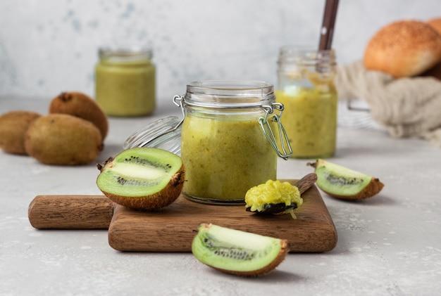Kiwi-jam in een conserveringsglas