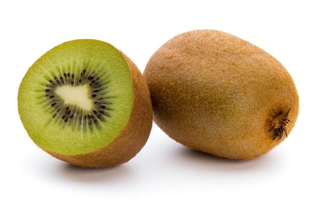 Kiwi's en gesneden geïsoleerd op een witte achtergrond.