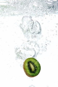 Kiwi viel in water