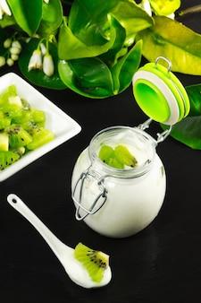 Kiwicyoghurt over ardesiatafel met de plak van het kiwifruit