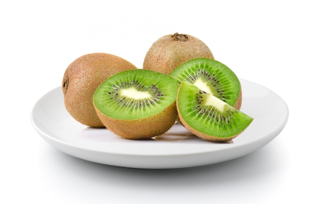 Kiwifruit in een plaat op een witte achtergrond wordt geïsoleerd die