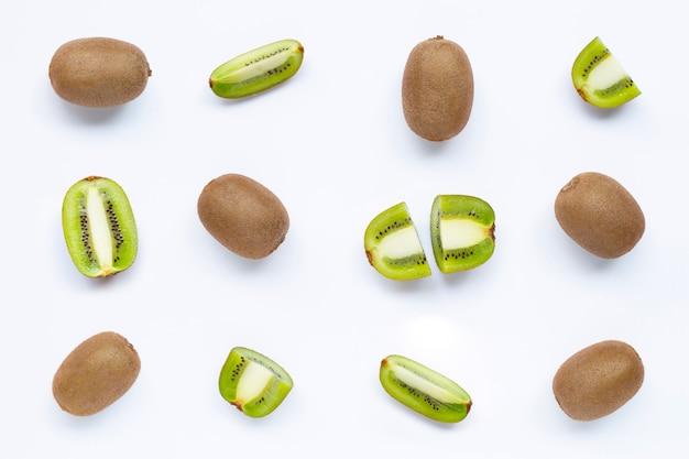 Kiwifruit met een plak op wit wordt geïsoleerd dat.