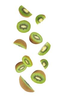 Kiwifruit vallen geïsoleerd op witte achtergrond met het knippen van weg