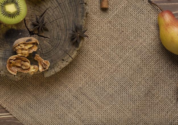 Kiwipeer en walnoot op de houten
