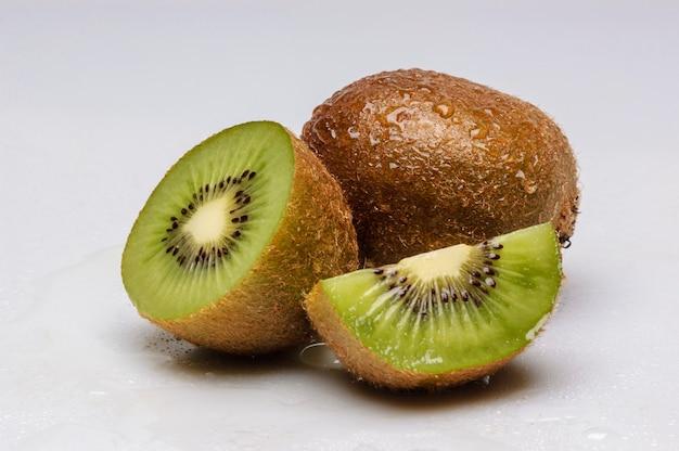 Kiwivruchten die op witte achtergrond worden geïsoleerd