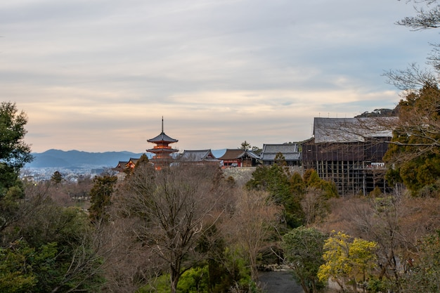 Kiyomizu-dera-tempel is een beroemde tempel die momenteel in aanbouw is.