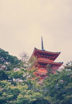 Kiyomizu of kiyomizu-dera tempel in het autumn seizoen in kyoto japan - vintage toon.