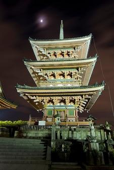 Kiyomizudera pagode in kyoto, japan bij maanlicht en omringende verlichting