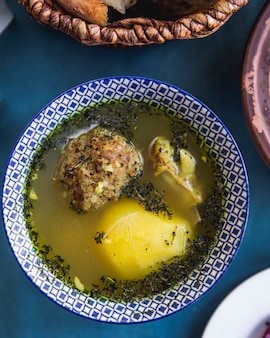 Kjufta bozbash traditionele schotel lamsgehaktballetjes aardappel bovenaanzicht