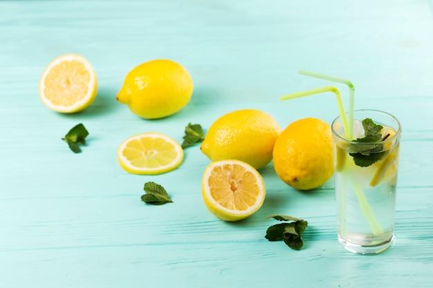 Klaar koud citrus muntwater en citroenen