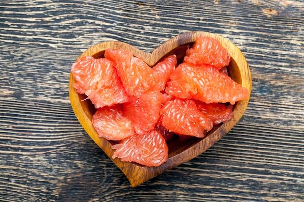 Klaar om citrus sappige roze grapefruit te eten